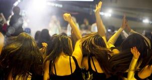 Hurra folkmassan framme av etappljus Fotografering för Bildbyråer