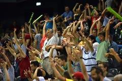 Hurra folkmassan på en tennismatch Royaltyfri Foto