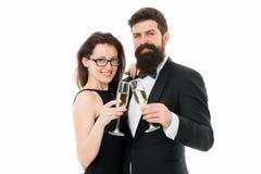 Hurrar begrepp Koppla ihop flott kläder för att dricka vit bakgrund för champagne För klädersmokingen för mannen firar den elegan fotografering för bildbyråer