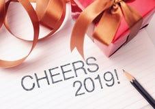 Hurrar 2019 med deroration Vi önskar dig ett nytt år som fylls med under, fred och betydelse arkivfoton
