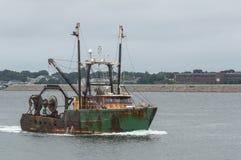 Hurrica de aproximação resoluto de New Bedford do barco de pesca comercial Fotos de Stock Royalty Free