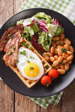 Hurtig frukost med det stekt ägget, dillandear, bacon, blandningsallad och b Royaltyfri Fotografi