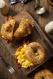 Hurtig frukostsmörgås på en bagel Arkivfoton