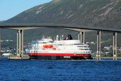 Hurtigruten在特罗姆瑟桥梁下-特罗姆瑟-沿Norways海岸的巡航服务 免版税库存照片