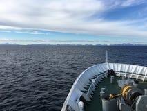 Hurtigruten船MS关闭在Lofoten海岛,挪威上的Vesteralen 免版税图库摄影