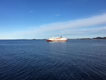 Hurtigruten (挪威沿海表达)在北挪威 免版税库存图片