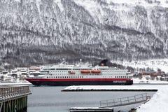 Hurtigrutenschip die Tromso-haven ingaan Stock Foto's