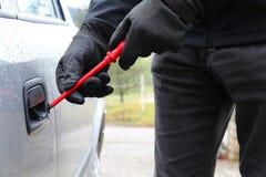 Hurto de coche con el destornillador 3 Foto de archivo libre de regalías