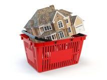 Hus är i en shoppingkorg Real Estate marknadsför begrepp Arkivfoto