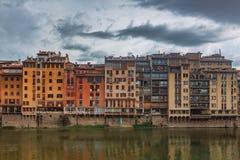 Hus över den Arno floden i Florence, Italien arkivfoton