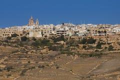 Hus överst kullarna av ön av Gozo Arkivbild