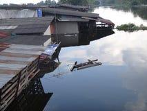 Hus översvämmas av en kanal i Rangsit, Thailand, i Oktober 2011 Royaltyfri Foto