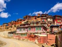 Hus av buddistiska munkar i Yarchen Gar Monastery Arkivfoto