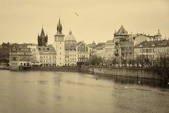 Hus av den gamla Prague och Vltava floden Royaltyfri Bild