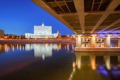 Hus av den ryska regering- och Novoarbatsky bron Royaltyfri Bild