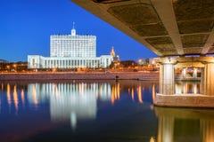 Hus av den ryska regering- och Novoarbatsky bron Arkivfoton