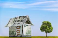 Hus av 100 dollarräkningar Royaltyfria Foton