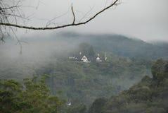 Hus av en dimmig kulle royaltyfri foto