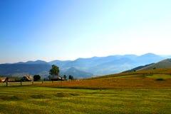 Hus av herdar i berg i carpathian sommar Arkivfoto