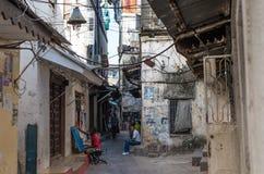 Hus av lokaler, zanzibar, folk i gatan Royaltyfri Foto