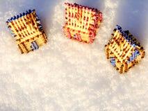 Hus av matcher som står på snö Arkivfoton