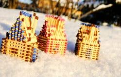 Hus av matcher som står på snö Fotografering för Bildbyråer