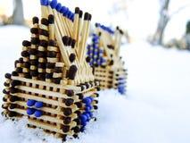 Hus av matcher som står på snö Royaltyfri Foto