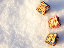 Hus av matcher som står på snö Arkivbilder