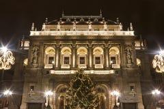 Hus av operan i Budapest på christmastime arkivbild