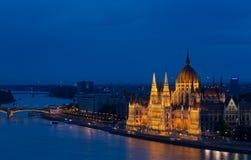 Hus av parlamentet Budapest på skymning royaltyfri foto
