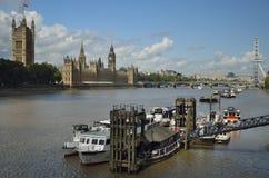 Hus av parlamentet, den lokala pir för fartyg, Big Ben och Thames River Arkivbild