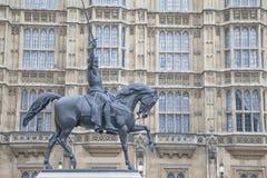 Hus av parlamentet med den Richard I Lionheart statyn och Monumen Arkivfoto