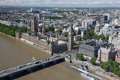 Hus av parlamentet med det Big Ben tornet med Thames River Arkivfoto