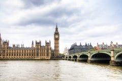 Hus av parlamentet med det Big Ben tornet och den Westminster bron i London, UK Royaltyfri Fotografi