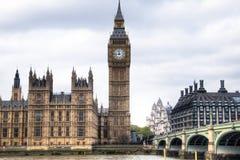 Hus av parlamentet med det Big Ben tornet och den Westminster bron i London, UK Arkivbilder