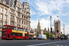 Hus av parlamentet och den röda bussen i London Royaltyfria Bilder