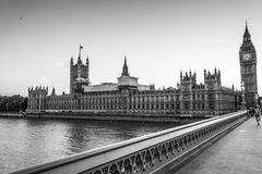 Hus av parlamentet och den Westminster bron i London - LONDON - STORBRITANNIEN - SEPTEMBER 19, 2016 Royaltyfri Bild