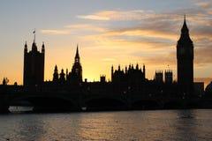 Hus av parlamentet och stora Ben London på solnedgången Arkivfoto