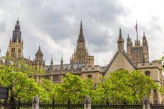 Hus av parlamentet som ses från brogatan Arkivfoto
