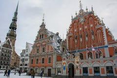 Hus av pormaskarna i vintern, Riga, Lettland Royaltyfri Foto