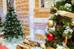 Hus av Santa Claus, julgranar och reindeen Arkivfoton