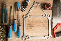 Hus av skiftnycklar på träbakgrund Fotografering för Bildbyråer
