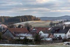 Hus av små byar under lutningarna som klargöras av inställningssolen Royaltyfri Foto
