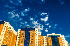 Hus av tegelsten med inlägg av blått exponeringsglas Arkivfoto