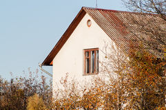 Hus bland träden royaltyfri fotografi