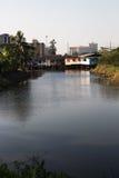 Hus bredvid en Bangkok kanal Fotografering för Bildbyråer