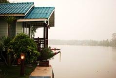 Hus bredvid floden Royaltyfri Bild