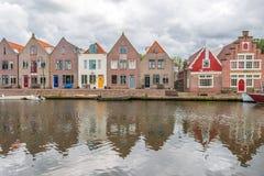 hus bredvid floden, edamer, Nederländerna royaltyfri fotografi
