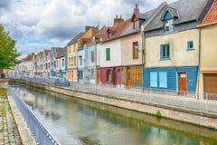 Hus bredvid kanalen eller floden i Amiens arkivfoto