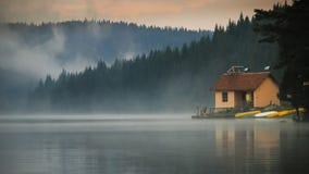 Hus bredvid sjön Arkivbild